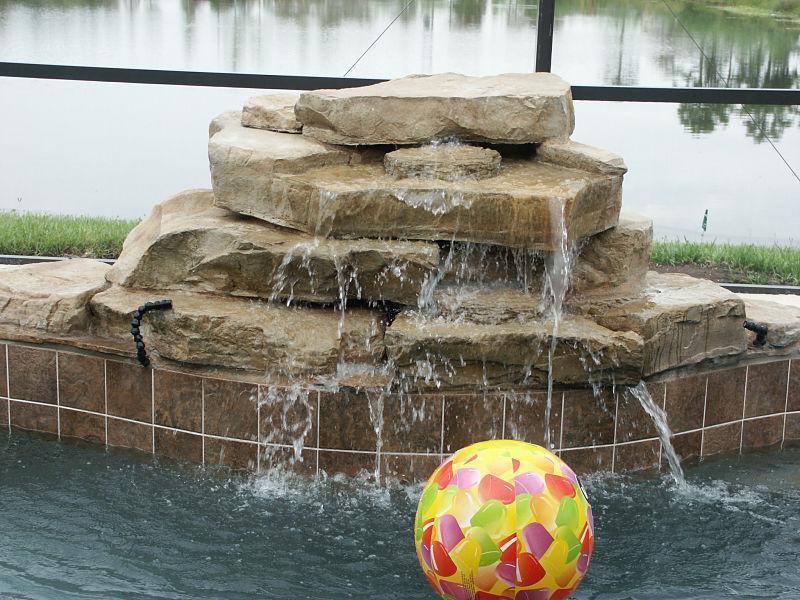 cascada artificial mediana con pelota