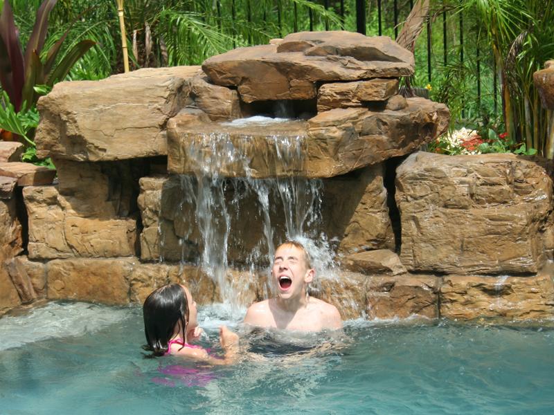 Niños disfrutando de las cascadas para piscinas