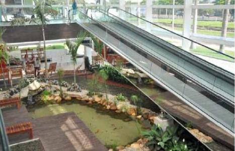 estanque artificial en centro comercial