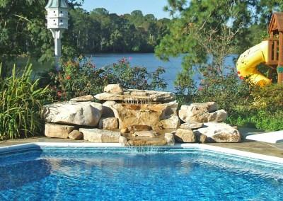 cascada-de-roca-artificial-en-piscina-exterior