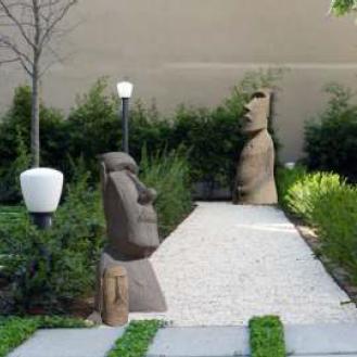 Figuras de piedra Moai tamaño grande en jardín