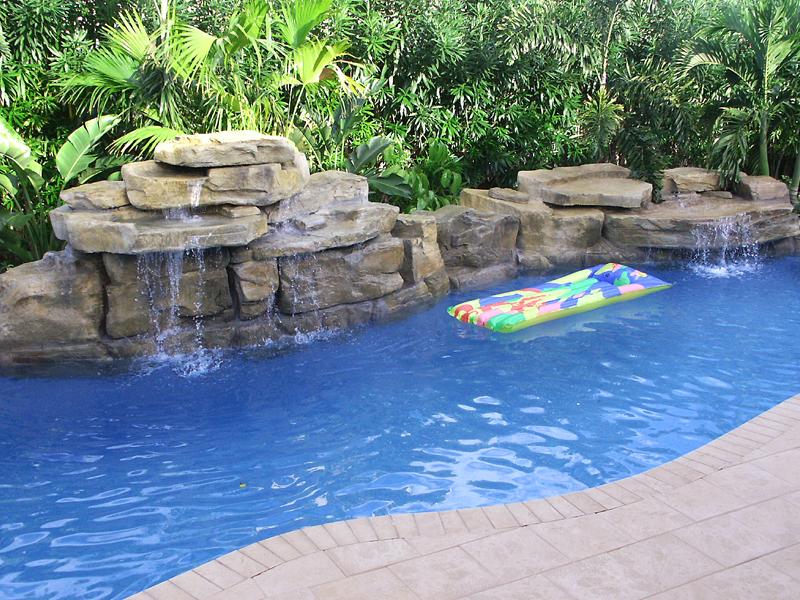Accesorios para piscina ludica para disfrutar de tu espacio for Cascadas artificiales para piscinas