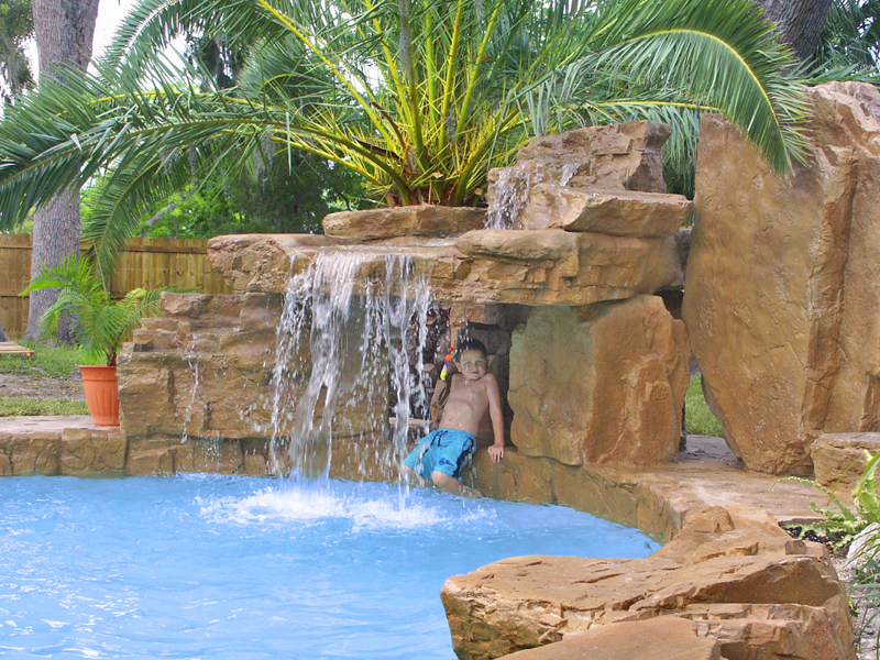 piscina con cascada y cueva artificial