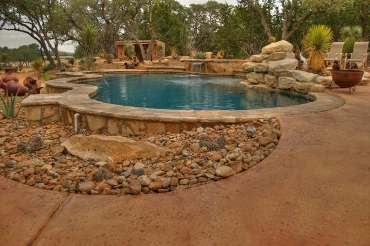 Decoraci n jardines con piscina con cascadas y rocas for Jardines alrededor de piscinas