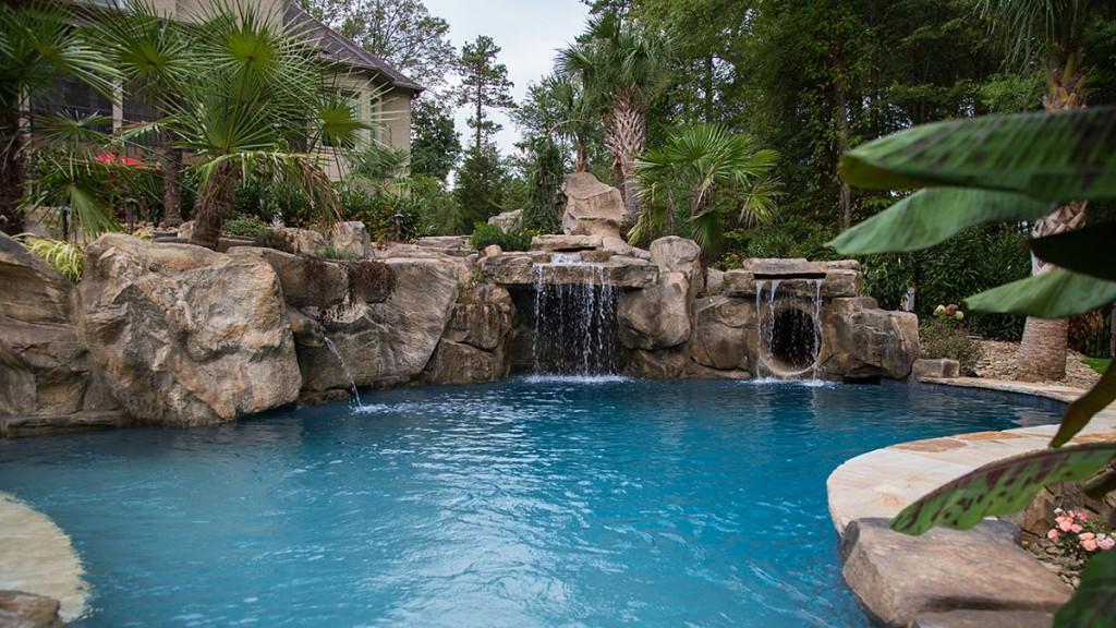 Decoraci n jardines con piscina con cascadas y rocas for Cascada artificial en pared