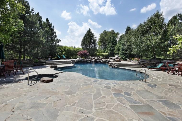 piscina con cascada artificial