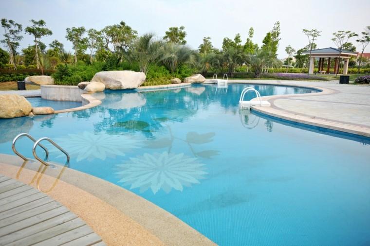Decoraci n jardines con piscina con cascadas y rocas - Adornos para piscinas ...