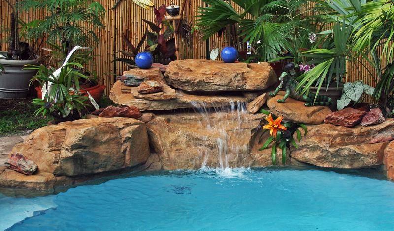 cascada artificial con acabado en piedra arenisca