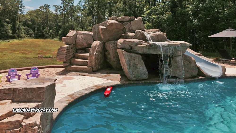 Piscina con cascada artificial y tobogán