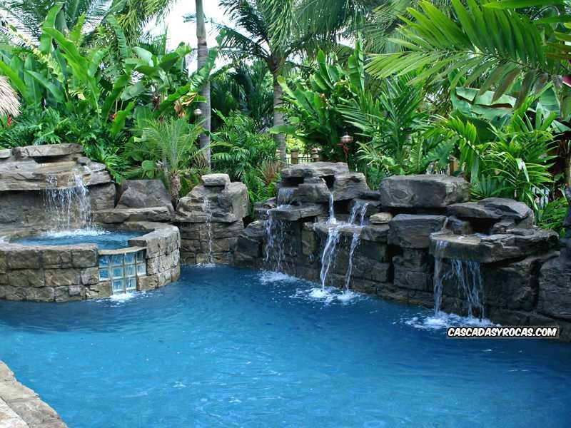 Piscina con cascadas artificiales rehabilitada