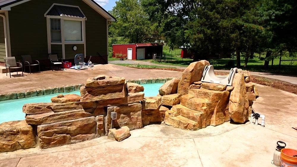 escalera de piedras artificiales en piscina