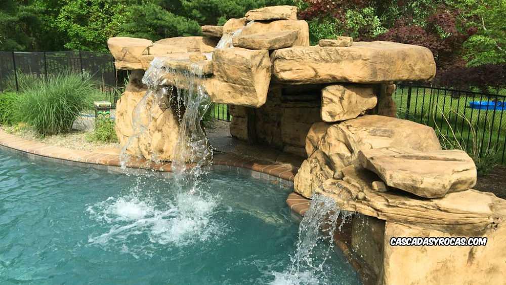 Piscina con cueva de cascadas artificiales