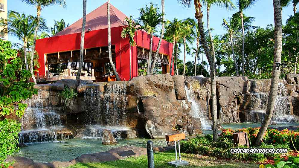 Piscina de hotel con cascadas artificiales
