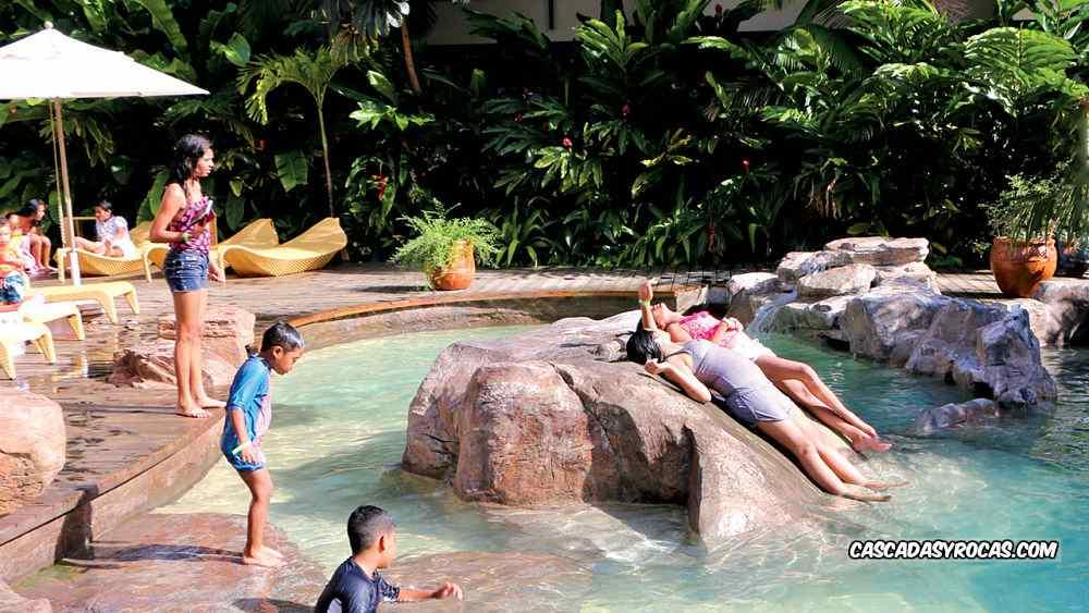 Piscina de hotel con rocas artificiales