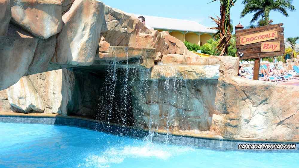 Piscina hotel con cascada