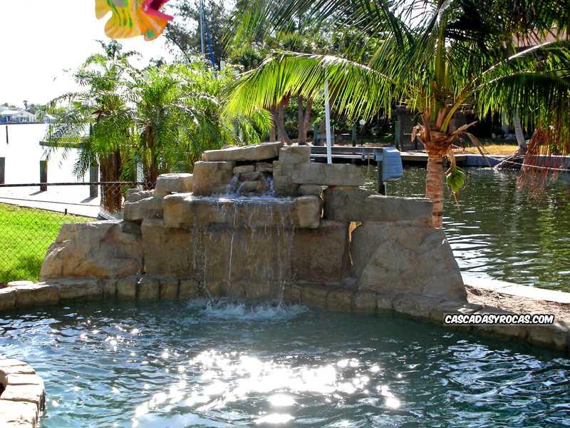 Piscina rehabilitada con cascada artificial