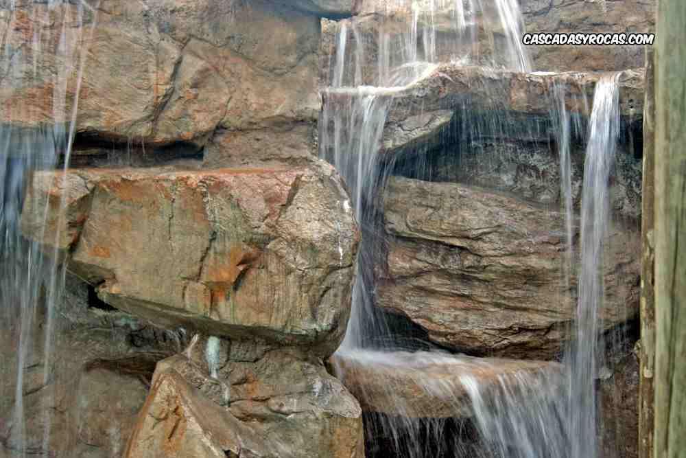 Rocas artificiales en cascada