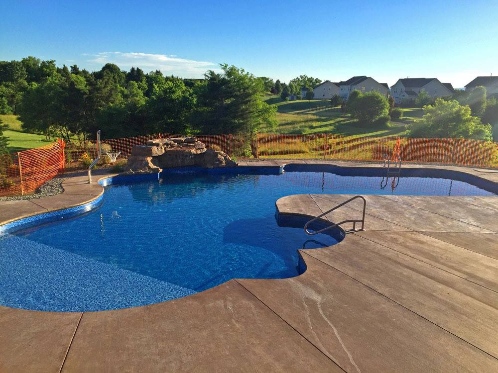 piscina original con cascada artificial