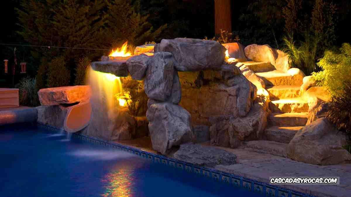 Vista nocturna piscina con tobogán de spa