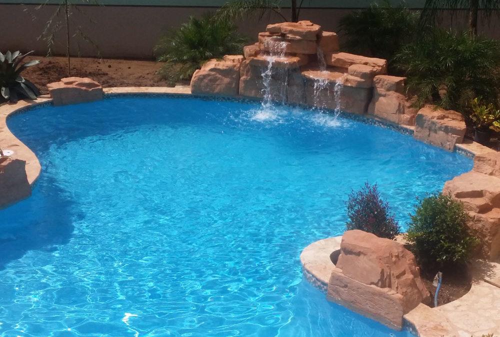 foto de piscina con cascada artificial
