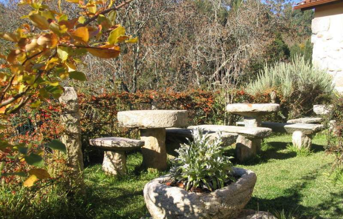 jardín con bancos de piedra